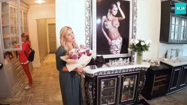 Фотопортрет Анны Семенович в гостинной. Фото