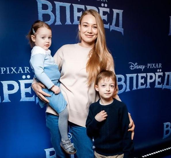 Мальчик даже с ней не живёт. Почему Оксана Акиньшина никогда не говорит о старшем сыне, а о младших рассказывает постоянно