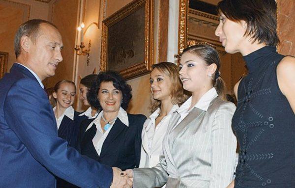 Алина Кабаева принимает почести из рук президента. Фото sports.ru
