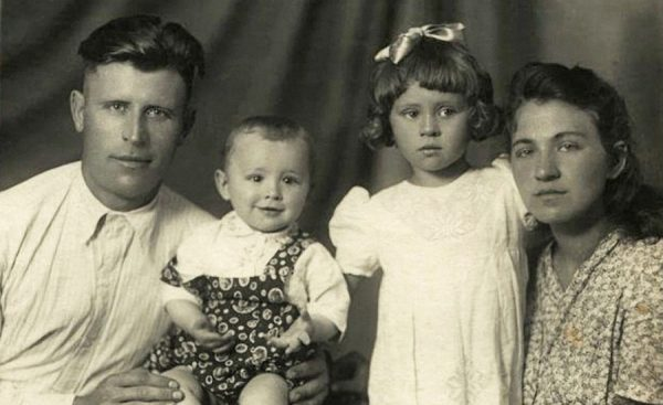 Валентина Толкунова с братом и родителями