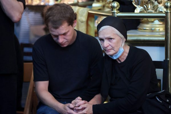 Ольга Мамонова с сыном на похоронах. Фото .gazeta.ru