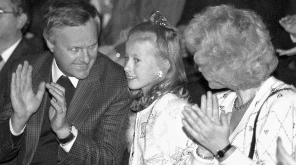 Ксения Собчак в детстве с родителями. Фото milomarket.com