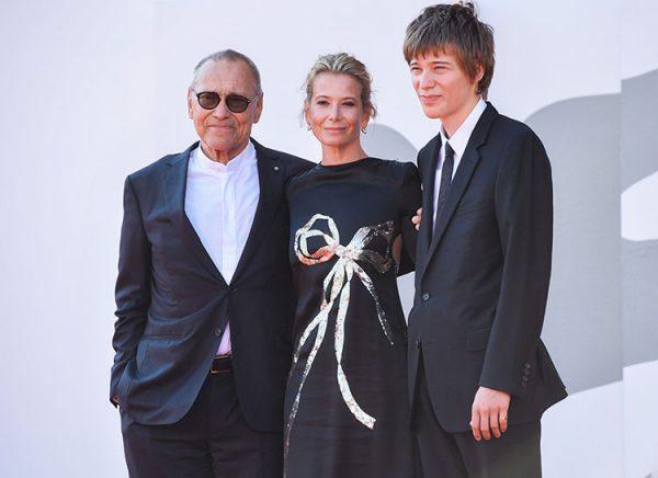 Пётр Кончаловский с родителями в 2021 году. Фото ru.hellomagazine.com