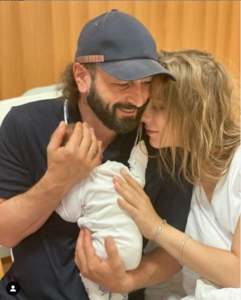 Илья Авербух и Лиза Арзамасова с новорожденным ребенком