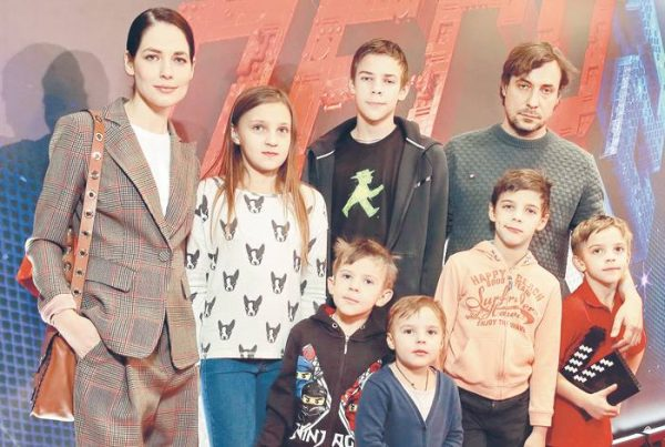 Цыганов со старшими детьми и Юлией Снигирь. Фото womanhit.ru