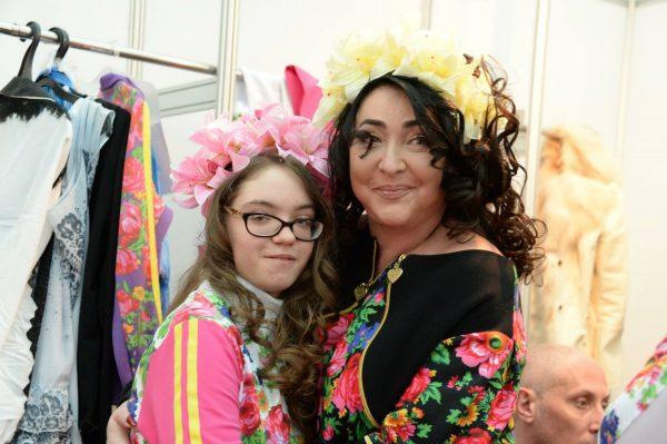 Лолита с дочерью, фото:sethealth.ru