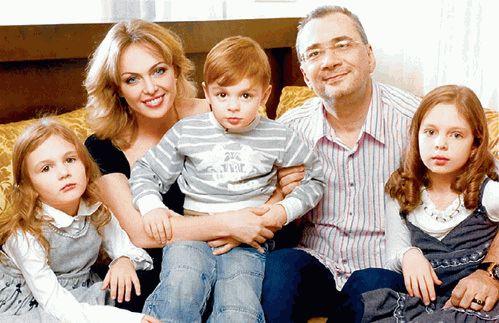 Константин Медладзе с бывшей семьёй. Фото Яндекс. Картинки