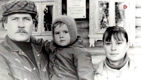 Борис Невзоров и Анастасия Иванова с дочкой, фото:kino-teatr.ru