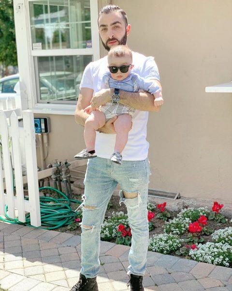 На некоторых снимках Эрик позирует с чудесным малышом, не поясняя, чей он
