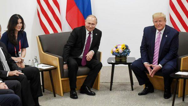 Рядом с Путиным та самая красивая переводчица:)