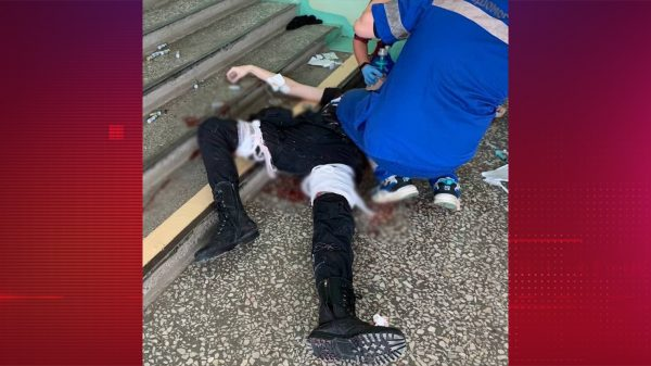 Медик оказывает ему помощь, фото: Telegram @kremlinprachka