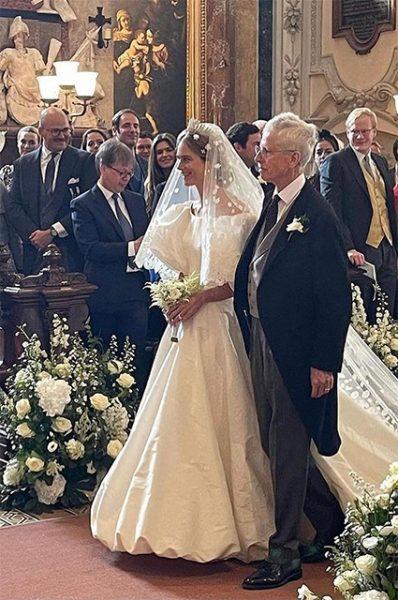К алтарю принцессу проводил папа принц