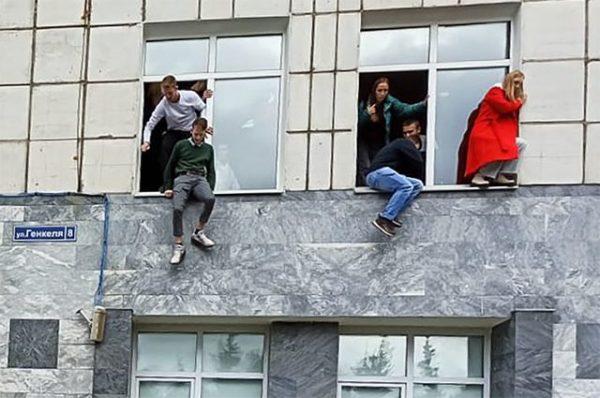 Студенты прыгали из окон, фото: РИА Новости