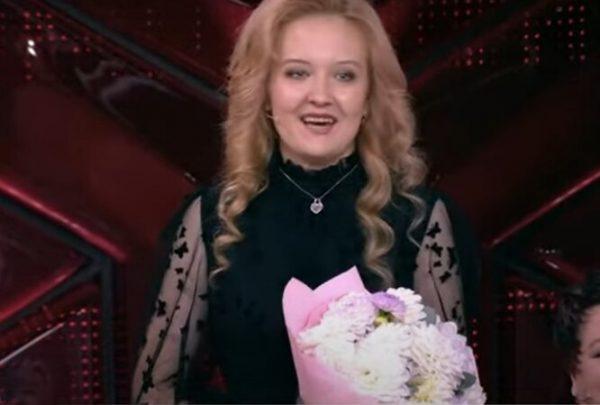 Алина появилась в студии с букетом прекрасных хризантем, кадр из видео