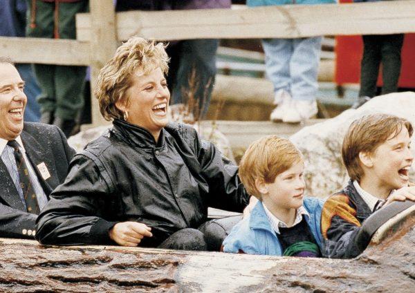 Диана с сыновьями всегда была вместе даже на аттракционах.