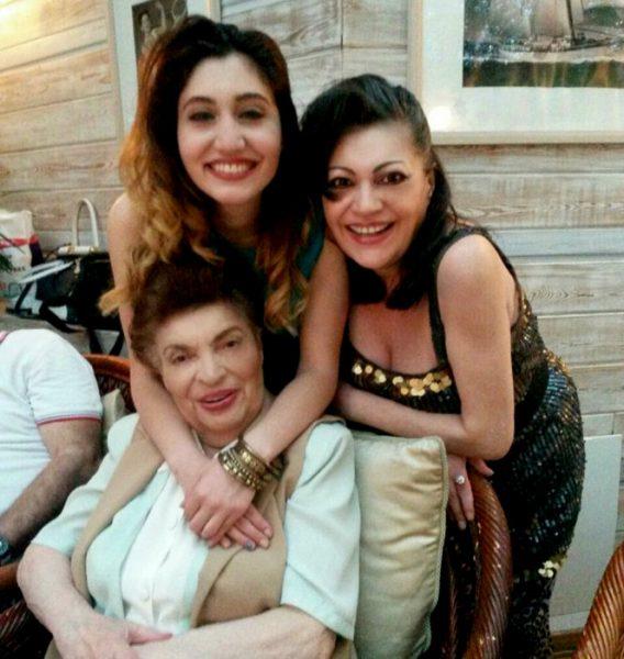 Ирина Отиева с мамой и дочкой,