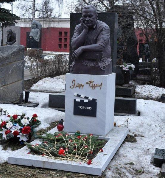 Памятник Эльдару Рязанову, фото:teleprogramma.pro