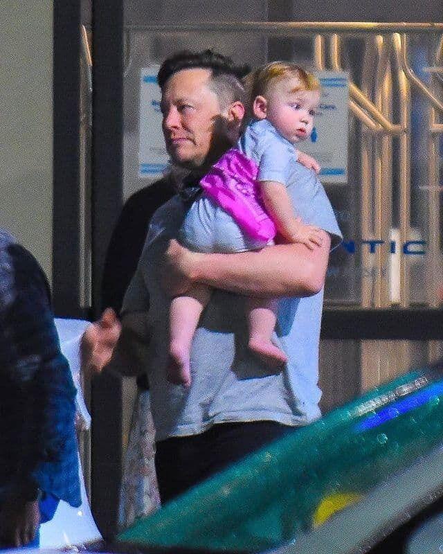 Илон Маск с сыном. Фото obozrevatel.com
