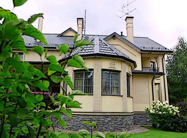 Общий вид двухэтажного особняка. Фото muzhyazheny.ru