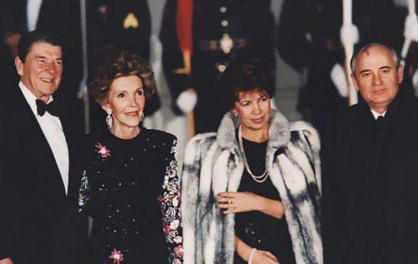Рональд и Нэнси Рейганы и чета Горбачевых в США. Фото marichi-moda.ru