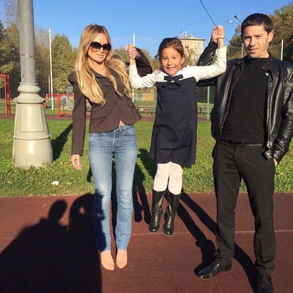 Максим Аксёнов и Дана Борисова с дочкой