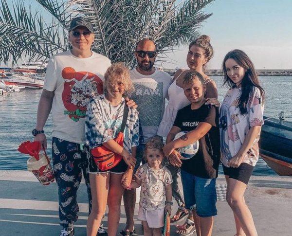 Сергей Сафронов, его жена Катя, бывшая жена Мария, ее новый муж и дети Сафронова - Алина, Алиса и Владимир. Фото Инстаграм