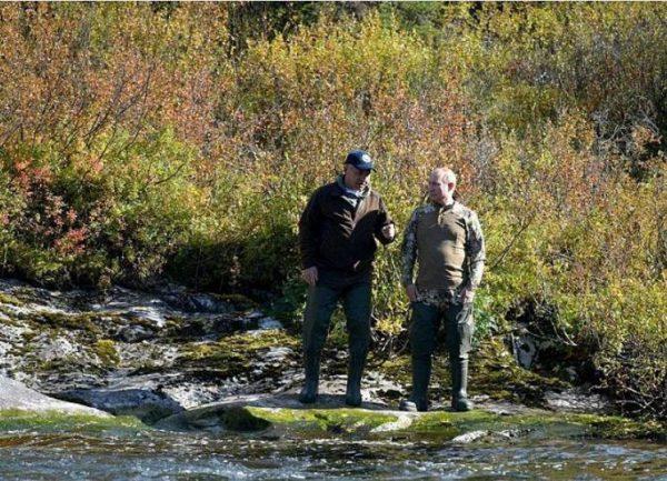 Призидент и Шойгу на реке. Фото Пресс-служба Президента РФ
