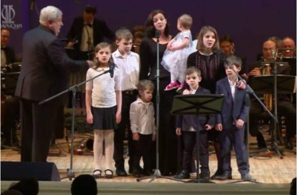 Ирина Леонова с детьми. Фото starhit.ru