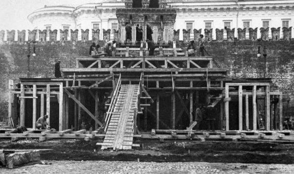 Строительство второго деревянного мавзолея. Фото из открытого доступа