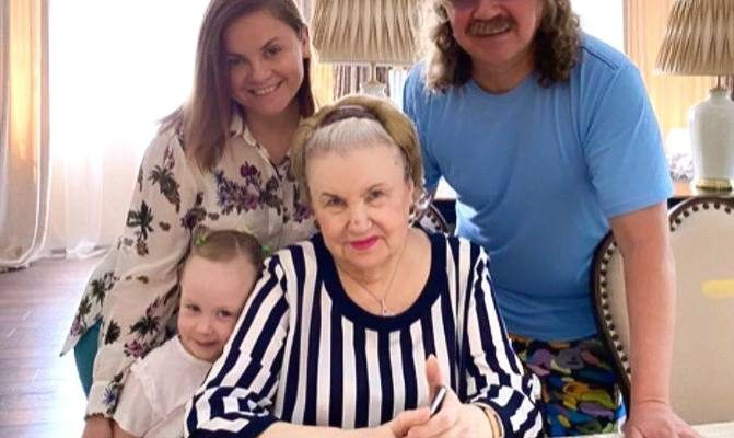 Семья Игоря Николаева, с ними живёт его мама Светлана Митрофанова. Фото Инстаграм