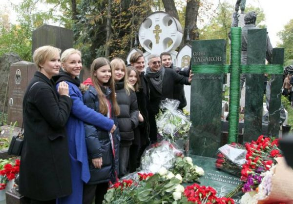 Семья Табакова у памятника. Фото mk.ru