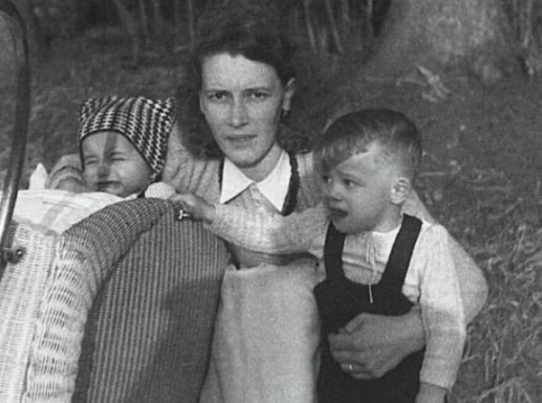 Арнольд и Майнхард Шварценеггеры в детстве с мамой. / Фото: www.womantea.ru