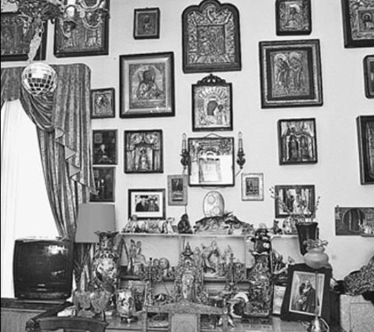 Рабочий кабинет Натальи Дуровой - настоящий музей. Старинные иконы и картины имеют огромную ценность.