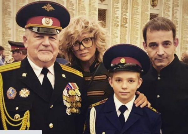 На фото Ольга Дроздова, Дмитрий Певцов их сын Елисей и его новый наставник - Коклин О. В.