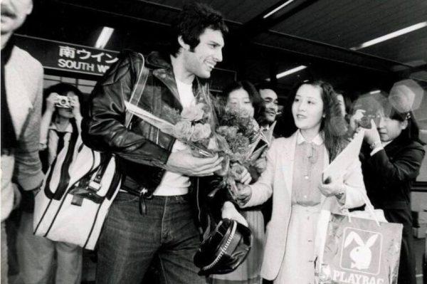 Фредди Меркьюри с поклонниками. Фото