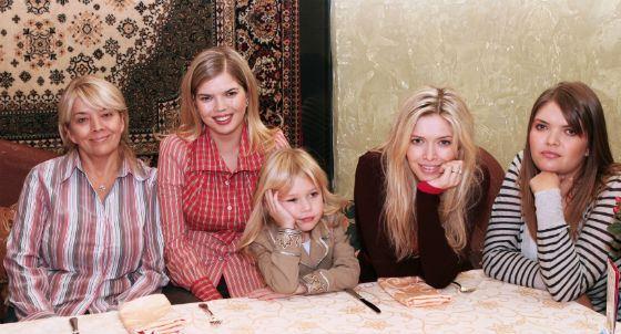 Вера Брежнева с сёстрами, мамой и племянницей