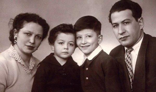Александр Розенбаум с родителями и младшим братом. Фото uznayvse