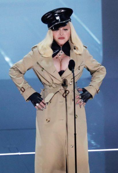 Мадонна вначале появилась в скромном тренче