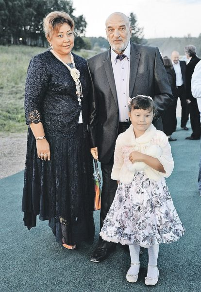 Алексей Петренко и Азима Абдумаминова с дочерью