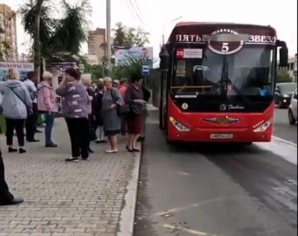 Водитель высадил пассажиров, чтоб совершить намаз в уединении, стоп-кадр из видео