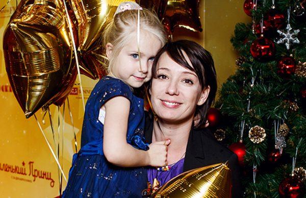 Чулпан Хаматова с младшей дочерью Ией. Фото spletnik.ru