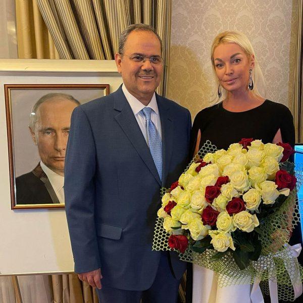 Анастасия Волочкова в посольстве Бахрейна,