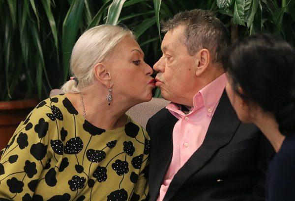 Людмила Поргина начала спешно избавляться от любимых вещей Караченцова