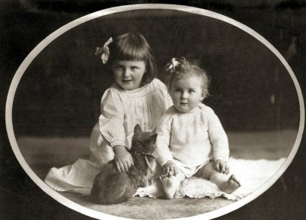 Годовалая Ева со старшей сестрой Ильзой. Фото: ru.wikipedia.org