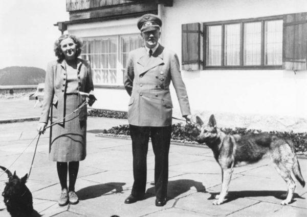 Ева Браун и Адольф Гитлер в Бергхофе, 1942 год. Фото: wikipedia.org