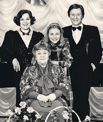 Мария Миронова в детстве с отцом, тетей и бабушкой. Фото belcanto.ru