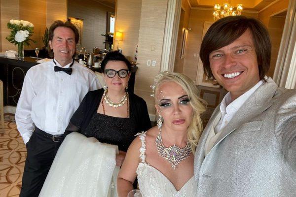 Фото со свадьбы Шаляпина и Дэвис. Рядом её мама и молодой отчим. Фото kp.ru